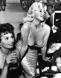 Old Hollywood Cinema — Sophia Loren and Jayne Mansfield Hollywood Cinema, Old Hollywood Stars, Hollywood Glamour, Hollywood Actresses, Classic Hollywood, Actors & Actresses, Sophia Loren, Beautiful Celebrities, Beautiful Actresses