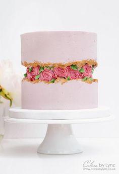 Buttercream Flowers Fault Line Cake Decorating Tutorial by CakesbyLynz Buttercreme Blumen Bruchlinie Kuchen Dekorations Tutorial von CakesbyLynz Rosas Buttercream, Piping Buttercream, Buttercream Designs, Buttercream Birthday Cake, Buttercream Cake Decorating, Cake Piping, Pretty Cakes, Beautiful Cakes, Amazing Cakes