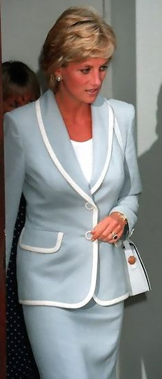 August Diana, Princess of Wales on the day her divorce is finalized attending the English National Ballet lunch function. Norfolk, Lady Diana Spencer, Diana Fashion, Royal Fashion, Duke And Duchess, Duchess Of Cambridge, Prinz William, Prince Of Wales, Glamour