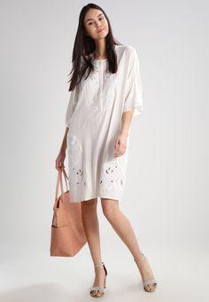 ¡Consigue este tipo de vestido camisero de Karen By Simonsen ahora! Haz clic para ver los detalles. Envíos gratis a toda España. Karen by Simonsen NORMAD  Vestido camisero snow white: Karen by Simonsen NORMAD  Vestido camisero snow white Ofertas   | Material exterior: 100% viscosa | Ofertas ¡Haz tu pedido   y disfruta de gastos de enví-o gratuitos! (vestido camisero, camisero, camisa, shirtwaist, shirt, tshirt, cami dress, shirtdress, hemdkleid, vestido camisero, robe chemisier, vestito ...
