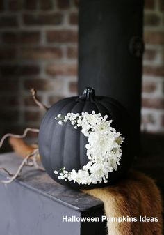 Black pumpkin with white flowers forming a moon for Halloween decoration. 21 Chic Halloween Decor Ideas to Elevate Your Spooky Home Spooky Halloween, Halloween Veranda, Chic Halloween Decor, Holidays Halloween, Halloween Pumpkins, Halloween Crafts, Halloween Party, Halloween Weddings, Classy Halloween Wedding