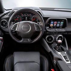 Chevrolet Camaro 2017 Interior do muscle car americano que começa a ser vendido com opção de motor 2.0 turbo de 275 cavalos e 400 Nm de torque. Esse conjunto faz de 0 a 100 km/h em menos de 6s. Além disso a @chevrolet oferece o mais poderoso Camaro já até hoje feito com o V8 6.2 LT1 Small bock com 453 cavalos e 617 Nmw de torque. Nessa versão o esportivo vem com Controle de largada suspensão adaptativa e sistema de ativação de cilindro on-demand que torna o carro 25% mais econômico que a…