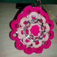 Cartera modelo Flor en dos colores. Hecha con las anillas de las latas de refresco.  #crochet #ganchillo #handmade  #purse #poptabs #anillas https://www.facebook.com/ovilladans/