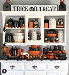 Get the best Halloween Party decor ideas here. From Halloween Outdoor decor to Porch to Lights to Bedroom, Bathroom, Living room decor for Halloween ideas. Halloween Kitchen Decor, Casa Halloween, Halloween 2020, Holidays Halloween, Farmhouse Halloween, Rustic Halloween, Vintage Halloween, Halloween Displays, Diy Halloween Decorations