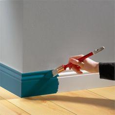 pourquoi pas donner du peps à un vieux meuble avec ce bleu pétrole....