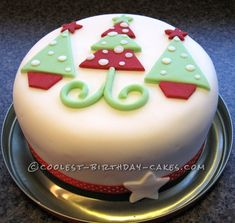 A simple and fun Christmas cake idea Mini Christmas Cakes, Christmas Cake Designs, Christmas Tree Cake, Christmas Cake Decorations, Christmas Sweets, Holiday Cakes, Christmas Baking, Simple Christmas, Xmas Cakes