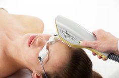 """""""O equipamento de Luz Intensa Pulsada (IPL) utiliza uma tecnologia sofisticada que mediante a emissão de pulsos de luz intensa em diferentes comprimentos de onda vai atuar seletivamente em várias estruturas como a melanina (dos pelos, manchas acastanhadas), hemoglobina (vermelhidão) e colagénio (flacidez e rugas). Esta seletividade vai permitir o tratamento de várias alterações da pele duma forma não invasiva sem afetar a pele normal, tornando-se um equipamento imprescindível."""""""