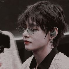 Discovered by mel🎀. Find images and videos about bts, v and kim taehyung on We Heart It - the app to get lost in what you love. Foto Bts, Bts Photo, Bts Taehyung, Bts Bangtan Boy, Jhope, K Pop, Bts Anime, V Bts Wallpaper, Vkook