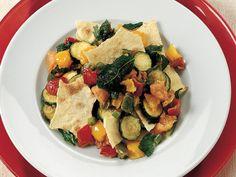 Güveçte Karışık Sebzeler, Tortilla Ekmeği İle  Sebzeleri yıkadıktan sonra soyun. Biberleri, domatesleri ve börülceleri küp şeklinde kesin. Kabakları halka halka dilimleyin. Kestiğiniz sebzeleri una bulayıp ayrı ayrı kaplara alın. Kızartma tenceresinde sıvıyağı kızdırıp sırasıyla una buladığınız kabakları, biberleri ve taze börülceleri kızartın. Yarım ay şeklinde doğranmış domatesleri de kızartın.…
