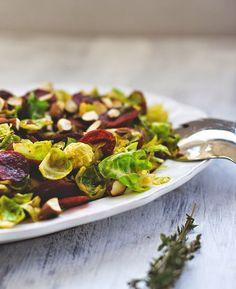 Rezept für Rosenkohlsalat mit knuspriger Chorizo und gerösteten Mandeln
