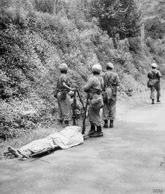 2 tentara Inggris dari Resimen Punjab (Gurkha) tewas oleh penembak jitu Pejuang.di Surabaya. Peristiwa pertempuran 10 Nopember 1945  (sumber Kaskus)