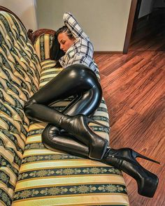 Amateur on couch in black leather leggings bottom and boots