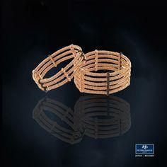 #JoyasPeyrelongue  Pesavento Art Expressions Las pulseras de plata #Diapason brillan con mil puntos de luz. Concebido con tres, cinco, siete o nueve círculos continuos constituidos por muchos anillos diminutos, están asegurados con barras del brillante #PolverediSogni. Los colores se combinan y contrastan de una manera hermosa, creando un ejemplo de diseño totalmente original, con una mirada decisiva y un atractivo contemporáneo. #jewelry #luxury #newchic #fancy #elegant #joyas #style #cute