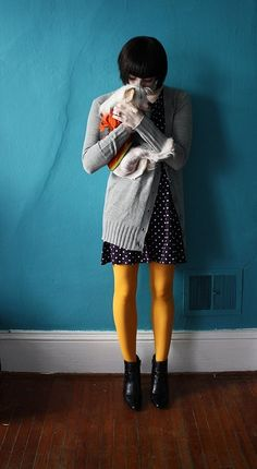 yellow tights with a dark dress: How to choose your tights