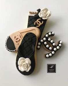 Lorena Rodriguez. Fashionista cookies. Chanel inspired cookies. Mother's day cookies. #mothersdaycookies #mothersday #loveparis #lorenarodriguezsaenz #lorenarodriguez #lorenassweets #lovechanel #fashionista #fashionistacookies #paris #lovechanel #shoescookies #decoratedcookies #latte #lattecookies