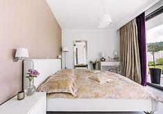 Nábytek v ložnici je vyrobený na zakázku. Doplňky evokují styl moderního klasicismu, kdy se snoubí nové prvky s historickými. Doplňky a dekorace Petra nakupuje u firmy Pentik. Atmosféru dokresluje židle Louis Ghost od Philippa Starcka.