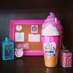 Dando uma pausa nos estudos para organizar mais um cantinho do quarto. Minha segunda paixão depois de artigos de papelaria são coisas fofas de decoração. #decoracao #imaginarium #pink #rosa #prateleira #sorvete #quadro #motivacao