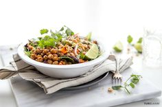 Buddha Bowl Rezepte: This Thai quinoa bowl is proof that healthy foods can taste great.Exploding with. Delicious Vegan Recipes, Healthy Recipes, Healthy Foods, Chickpea Recipes, Bean Recipes, Salad Recipes, Crispy Chickpeas, Quinoa Bowl, Detox Soup