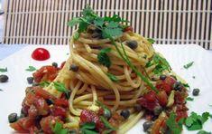 Pesto pantesco - Il pesto pantesco è una specialità di Pantelleria ed è caratterizzato dai saporiti capperi che si producono sull'isola. È ottimo per condire la pasta, ma anche per accompagnare il pesce alla griglia o per delle super bruschette.
