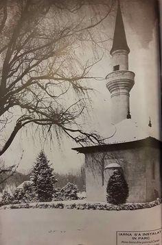 Pe vremea când Bucureștiul chiar avea iarnă. :) În imagine, moscheea ce se afla în perioada interbelică în Parcul Carol. Old City, Romania, Memories, Mosque, Memoirs, Souvenirs, Old Town, Remember This