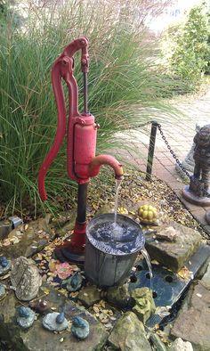 Pompa a mano utilizzata come fontana.