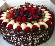 Torte di compleanno facili. Dunno what this is but I wanna eat it