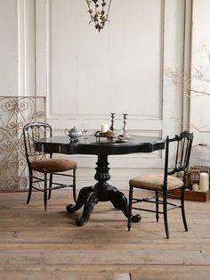 空間の中心にふさわしいエレガントなデザインのフレンチアンティークテーブル。 Baroque Furniture, Baroque Decor, Table Furniture, Dark Interiors, Queen, Custom Homes, Dining Table, Room Decor, House Design