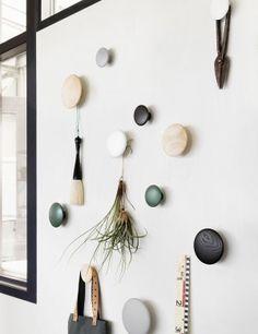 """Die """"Dots"""" von Lars Tornøe sind Wandschmuck und Haken für Dies und Das in einem."""