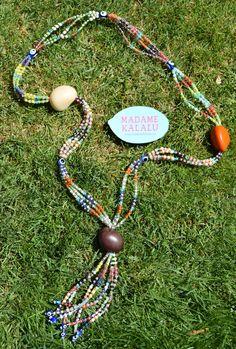 Collar de taguas realizado de manera artesanal por Madame Kalalú. Cuentas de varios colores y taguas de colores: blanca, naranja y marrón. Ramillete de cuentas rematadas con ojos de Panamá. #altaartesania #exclusividad #madamekalalu (Ref. COTALO0016)