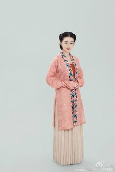 """This week, we take move on in the timeline towards the next """"look"""" which comes about at Song dynasty-inspired clothing from Traditional Clothing Studio 傳統服飾工作室. It is notable that they…"""