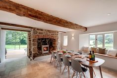 This marvelous renovation of a 19th century house-farm was carried out in 2013 by architectural firm van Ellen + Sheryn and specifically coordinated by talented architects Eilir Sheryn and Ian Phillips. It has a total area of 400 square meters and is located in the middle of Dartmoor National Park, in Devon, United Kingdom. This country house and its granaries needed an urgent repair and renovation. The idea was to..