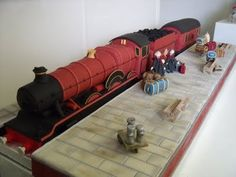 Holy Cow... a Hogwarts Express Cake, complete with passengers on the platform!