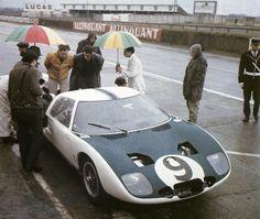 Pada event 24 hours of Le Mans tahun 1964, Ford mengirim team ekspedisinya dengan mengirim 3 mobil GT40,