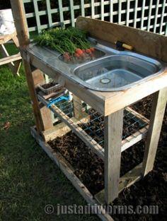 Recycle een oud aanrecht en maak er een buitenaanrecht van om je groenten te wassen! Ziet er leuk uit, het water kun je opvangen en in de tuin gebruiken en.... geen zand meer in je keuken!