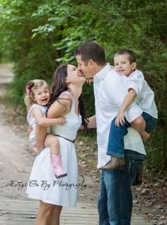Photography ideas family poses kiss 43 Ideas for 2019 Cute Family Photos, Family Picture Poses, Family Posing, Cute Photos, Family Portraits, Summer Family Pictures, School Pictures, Funny Photos, Children Photography