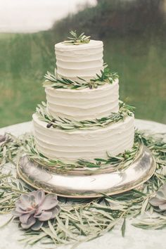 Rustic cake: http://www.stylemepretty.com/california-weddings/big-sur/2015/03/12/chic-california-coast-wedding/ | Photography: Carlie Statsky - http://www.carliestatsky.com/