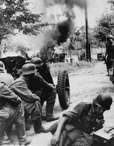 German infantry and artillery crew in Operation Barbarossa, 1941.