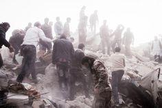 En marzo de 2013, Moises Saman-Magnum capturó la escena en la que sirios buscan sobrevivientes entre los escombros de un edificio residencial, luego de un ataque aéreo del régimen en el distrito de Al-Sukri, controlada por los rebeldes en el Alepo, Siria.