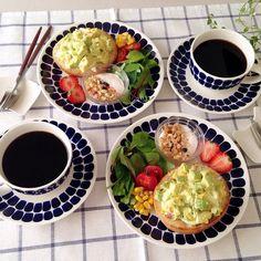 makoさんはInstagramを利用しています:「❁ おはようございます☺︎ 今朝はアボカド&タマゴのオープンサンドで簡単朝ごはん☺︎ 連休最終日💦なんだか忙しくあっという間に終わりです(꒦ິ⌑꒦ີ) 今日は絶対にのんびり過ごそうと思います♡ コメントお休みします🙏🏻…」 Blue Dishes, Food Plating, Japanese Food, Kitchen Tools, Chocolate Fondue, Yummy Food, Lunch, Plates, Meals