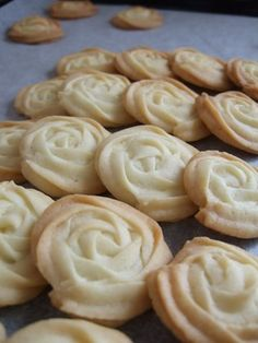 Easy crispy butter sugar cookies that look amazing. Plain flour 130 g Butter or margarine for baking (unsalted) 100 g Sugar 50 g Milk or cream 3 tablespoons Can add flavouring to modify eg almond extract, lemon zest, tea, etc Sweets Recipes, Cookie Recipes, Simple Rose, Easy Rose, Butter Sugar Cookies, Rose Cookies, Flower Cookies, Great Recipes, Favorite Recipes