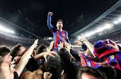 Resultado de imagen para foto de messi cargado por los jugadores del barcelona en el juego de la Champions entre el PSG Y EL bARCA