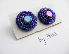 """Náušnice """"V kruhu"""" Hravé vyšívané nušnice fialovo-modré barvy s barevnými odlesky Rozměry: 2 x 2 cm"""