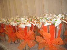 Abanicos para bodas naranjas presentados en ramos