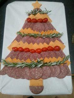 Christmas Salami and Cheese tree Christmas Apps, Christmas Eve Dinner, Christmas Party Food, Xmas Food, Christmas Cooking, Christmas Goodies, Christmas Treats, Cheese Tree, Christmas Appetizers