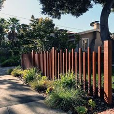 As a safety reason, backyard should be bordered with fence. The creativity influences the idea of making the fence itself. Backyard is usually used as the place to relax , gather with family, and plant some plants. Front Yard Fence, Diy Fence, Fence Landscaping, Backyard Fences, Garden Fencing, Modern Landscaping, Fence Ideas, Picket Fence Garden, Outdoor Fencing