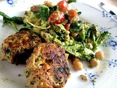 Menuen i går aftes bestod af en lækker salat vendt i en hjemmelavet pesto samt kyllingedeller med spinat og gulerod. Meget simpel, lækker og sund aftensmad. Derfor får I her opskriften på hele molevitten.  Salat:  Frisk spinat  Spidskål  Broccoli  Cherry tomat  Agurk  Forårs....