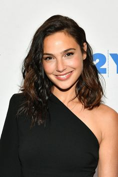 Why Gal Gadot is our new beauty Wonder Woman 😉😍 Discussing the changing roles of women in Hollywood, Gal wore her shoulder-length hair in an effortlessly wavy style. Try perfect short haircutGal Gadot's Best Beauty Princess Diaries Momen Gal Gadot Style, Hipster Fashion Style, Beautiful Celebrities, Beautiful Women, Beautiful Smile, Beautiful Actresses, Gal Gardot, Gal Gadot Wonder Woman, Glamour Uk