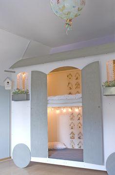 #Stapelbed #slaaphut mommo design: Bunks for Girls | behang van studio Ditte