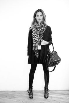 Lily Aldridge - Chloé boots and Givenchy bag Fashion Mode, Star Fashion, Look Fashion, Fashion Beauty, Lily Aldridge, Susanna Boots, Givenchy Clothing, Chloe Boots, Trapillo