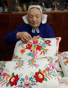 The two now famous embroidery of Kalocsa and matyó, motives are sometimes given space on the clothes, the díszpárnákon, casual table linens . Hungarian Embroidery, Folk Embroidery, Learn Embroidery, Chain Stitch Embroidery, Embroidery Stitches, Embroidery Patterns, Stitch Head, Art Tribal, Art Populaire
